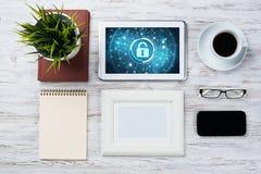 Seguridad del web y concepto de la tecnología con PC de la tableta en la tabla de madera Foto de archivo libre de regalías