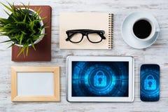 Seguridad del web y concepto de la tecnología con PC de la tableta en la tabla de madera Fotos de archivo libres de regalías