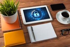 Seguridad del web y concepto de la tecnología con PC de la tableta en la tabla de madera Fotografía de archivo libre de regalías