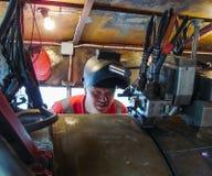 Seguridad en el trabajo Soldadura e instalación de la tubería Soldadores y ajustadores industriales de los días laborables Foto de archivo libre de regalías