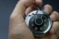 Seguridad, seguridad o concepto cibernético de la encripción, mano del hombre que sostiene c fotografía de archivo libre de regalías