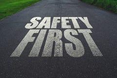 Seguridad primero, mensaje en el camino Fotografía de archivo libre de regalías