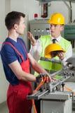 Seguridad que controla del inspector durante trabajo en la fábrica Imágenes de archivo libres de regalías