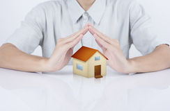 Seguro da casa do conceito da casa da proteção da mão do vendedor do negócio Imagem de Stock Royalty Free