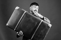 Seguro de bagagem Moderno farpado bem preparado do homem com mala de viagem grande Tome todas suas coisas com voc? Mala de viagem fotografia de stock