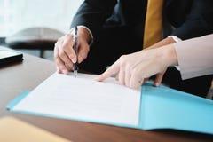 Seguro de saúde asiático de Signing Agreement For do gerente com mulher de negócio imagens de stock royalty free