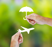 Seguro del viaje de la tenencia de la mano, concepto del seguro Foto de archivo