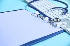 Seguro do papel do estetoscópio do cardiologista fotos de stock