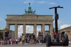 Segway和人们勃兰登堡门的,柏林 库存图片