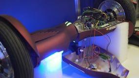 Segway hacia adentro, comprobando capacidad de funcionamiento, desmonta los mecanismos, cierre para arriba metrajes