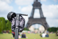 Segway parkeerde vooraan de Toren van Eiffel in Parijs Stock Fotografie