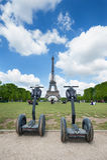 Segway parqueó en frente la torre Eiffel Imagen de archivo