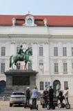 Segway turnerar utfärd framme av statyn av Joseph II på den Josefplatz fyrkanten i Wien Arkivbilder