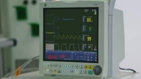 Sehen Sie Überwachung geduldiger ` s Zustandes, Lebenszeichen auf ICU-Monitor im Krankenhaus an stock footage