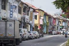 Sehen Sie alte klassische Gebäude- und Verkehrsstraße von George Town an stockfotos