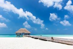 Sehen Sie auf Maldives-Inseln vom Flugzeug an Hölzerne Anlegestelle mit Wasserentspannungshäuschen lizenzfreies stockbild