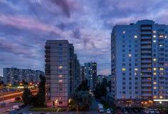 Sehen Sie Blockhochaufbrüche mit Fensterlichtern im Schlafenviertel an Stockbilder