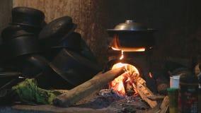Sehen Sie das brennende Feuer an, das einen Topf für das Kochen in der lokalen Küche in Sri Lanka erhitzt stock video