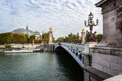 Sehen Sie das Schauen über der aufwändigen Alexander III.-Brücke in Richtung zum großartigen Palais in Paris an stockbilder