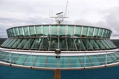 Sehen Sie das Schauen von darstellenden AchternAussichtsplattformen eines Kreuzschiffs an Stockfoto