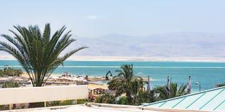 Sehen Sie das Tote Meer von einer Hotel-Dachspitze an lizenzfreie stockfotos