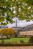 Sehen Sie den Eiffelturm für die Herbstniederlassungen an, gelegen vor dem Kriegs-Museum bei Les Invalides in Paris-Esplanade Lizenzfreie Stockfotografie