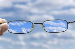 Sehen Sie den Himmel durch Gläser Lizenzfreies Stockfoto