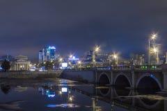 Sehen Sie die Stadt nachts an Lizenzfreie Stockfotografie