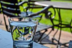 Sehen Sie durch das Glas des Wassers stockfotos