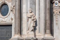 Sehen Sie Fassade und Statue der Kathedrale des Heiligen Agatha in Catania an Stockfotografie