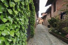 Sehen Sie Form das Innere des mittelalterlichen Dorfs von Ricetto di Candelo in Piemont an, benutzt als Schutz zuzeiten des Angri Stockfoto