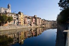 Sehen Sie Girona-Stadt mit den bunten Häusern an, die im Wasser von ony reflektiert werden Stockfoto