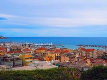 Sehen Sie Hafen von San Remo San Remo und der Stadt auf Azure Italian Riviera, Provinz von Imperia, West-Ligurien, Italien an Lizenzfreies Stockfoto