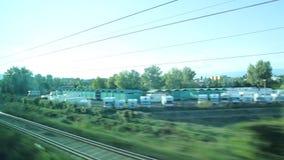 Sehen Sie heraus von einem Fenster eines Zugs an stock video