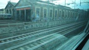 Sehen Sie heraus von einem Fenster eines Zugs an stock footage
