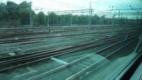 Sehen Sie heraus von einem Fenster eines Zugs an stock video footage