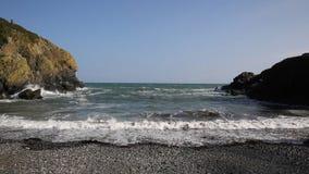 Sehen Sie heraus zum Meer von Cadgwith Cornwall England Großbritannien mit den Wellen an, die in Richtung zur Kamera zusammenstoß stock video