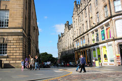 Sehen Sie hinunter die historische königliche Meile, Edinburgh, Schottland, im Juni 2015 an Stockfotos