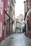 Sehen Sie hinunter wunderlichen cobbled Trauben-Weg, Whitby an Stockbild