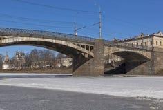 Sehen Sie im Oktober Brücke über dem Fluss Vologda, Russland an Stockbilder