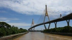Sehen Sie Landschaft und Stadtbild von Amphoe Phra Pradaeng an Bhumibol-Brücke mit dem Chao Phraya an stock video footage