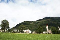 Sehen Sie Landschaft von Silandro-Stadt von Dorf Landschaft Malles Venosta, Italien an lizenzfreies stockbild