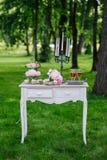 Sehen Sie meine anderen Arbeiten im Portfolio Hochzeitsblumenstrauß auf Weinlesehintergrund im Park Lizenzfreie Stockfotos