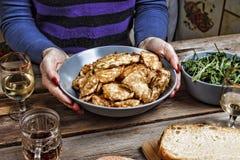 Sehen Sie meine anderen Arbeiten im Portfolio Huhn briet Stücke der Frauenaufschläge auf dem Speisetische Amerikanischer Snack Le stockbild