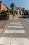 Sehen Sie oben auf Fußgängerzebrastreifen auf Straße, Auto und Häusern an Stockfoto