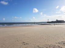 Sehen Sie Ozean, Wasser des blauen Himmels der Wolken auf den Strand zu setzen Lizenzfreies Stockbild