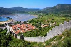 Sehen Sie pof Ston-Stadt und seine Verteidigungswälle, Peljesac-Halbinsel an, Lizenzfreies Stockfoto