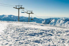 Sehen Sie Sessellift am Skiort mit Gebirgszug auf Hintergrund an Extremer Sport Aktiver Feiertag Freizeit, Reisekonzept Kopieren  Lizenzfreies Stockfoto
