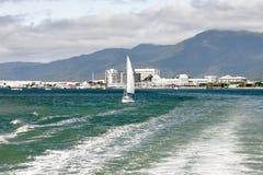 Sehen Sie Stadtküstenlinie mit Bergen, Wolken und Segeln an Lizenzfreie Stockfotos