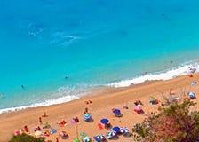 Sandy-Strand mit blauem Kristallwasser Lizenzfreies Stockbild